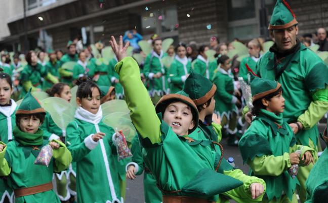 Los 'carnavaleros' de Vitoria, impermeables al frío y a la lluvia