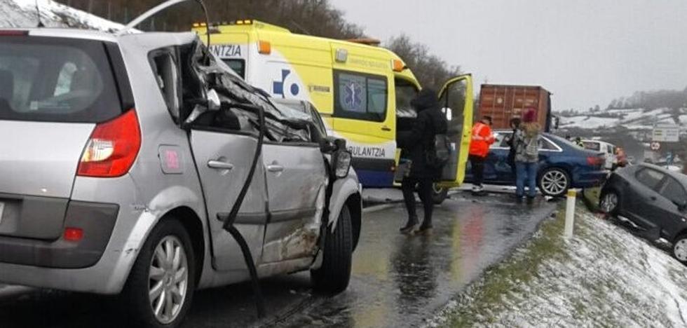 Una colisión en cadena entre diez vehículos en Aiurdin se salda con cuatro heridos