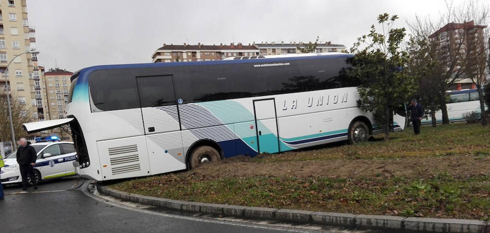 Un autobús sin conductor se empotra contra una rotonda en Vitoria