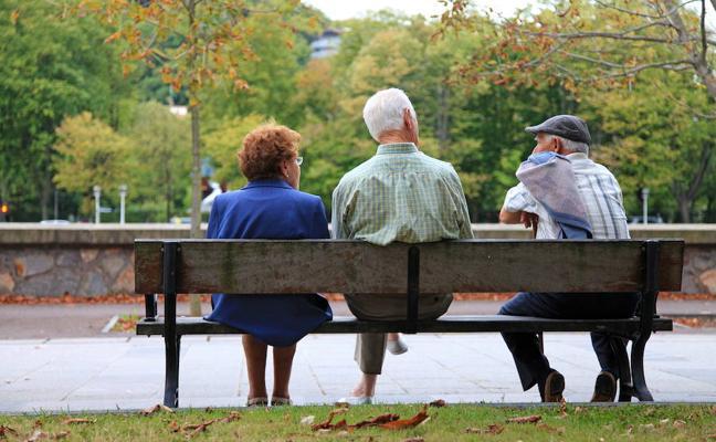 Una jubilada por cada tres hombres y cobrando 6.300 euros menos al año