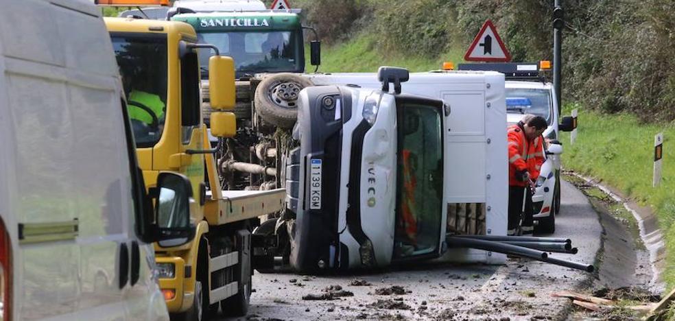 Un camión vuelca y deja cortada durante hora y media la carretera que une Muskiz y Sopuerta
