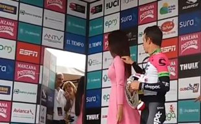 Rigoberto Urán desata la polémica al pedir un beso a una azafata en el pódium