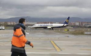 Otro vuelo de Ryanair llega antes de hora con el aeropuerto de Foronda cerrado