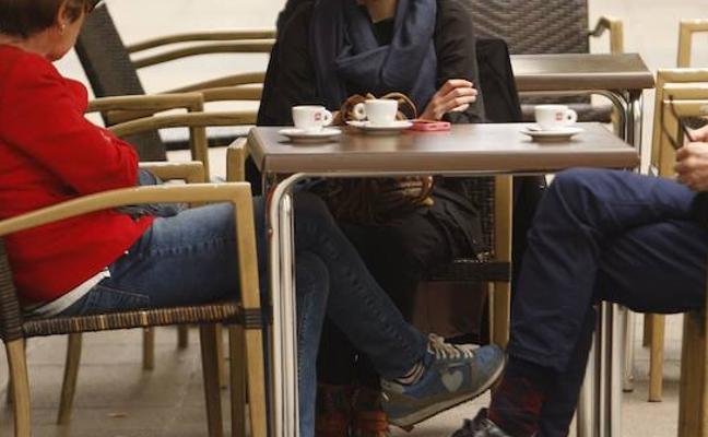 Agrede a cuatro personas en Gijón por retirar su chaqueta de una silla para sentarse