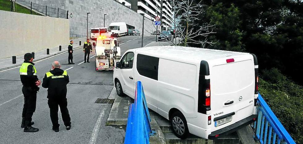 Una niña de 4 años se salva después de ser arrollada por la furgoneta sin freno de su padre en Bilbao