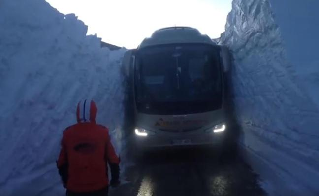 Un autobús atraviesa una carretera con dos enormes paredes de nieve en el Pirineo catalán