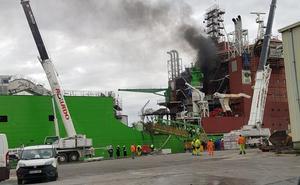 Cinco intoxicados en el incedio en un barco en construcción en un muelle de Santurtzi