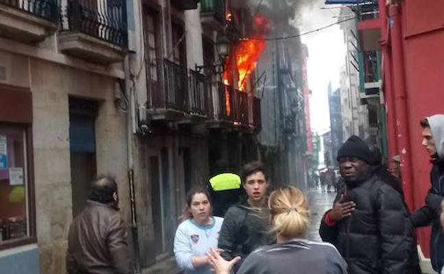 Un incendio causa daños en un edificio del casco viejo de Bermeo