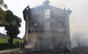 Un incendio arrasa un caserío en Carranza