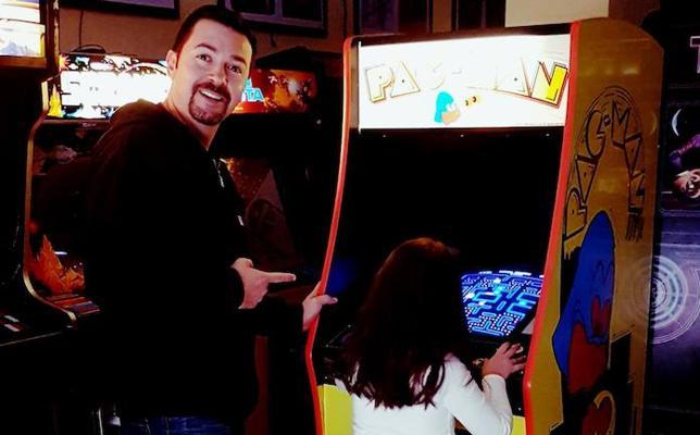 Cómo hacerte tu propio salón recreativo con máquinas Arcade clásicas como el 'comecocos'