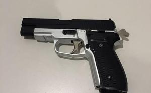 Atacan con una porra extensible y una pistola falsa a un joven en Deusto para robarle
