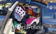 Descubren a una niña metida entre decenas de bártulos en el interior de un coche