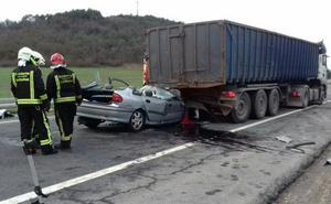 Una mujer es rescatada tras empotrarse su coche contra un camión en Legutio
