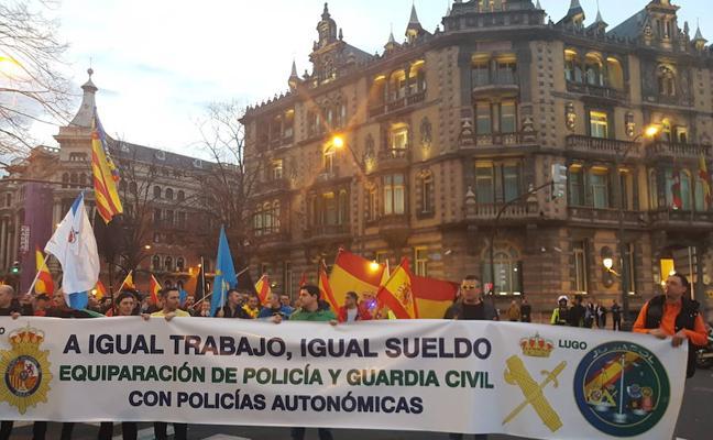 Policías nacionales y guardias civiles se manifiestan en Bilbao por la igualdad salarial