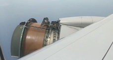 El motor de un avión se desintegra en pleno vuelo
