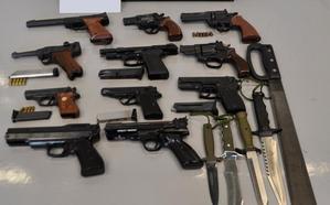 Decomisan en Otxarkoaga 11 pistolas simuladas y 5 armas blancas