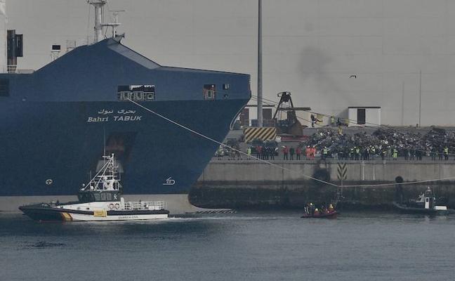 Activistas de Greenpeace se cuelgan de un barco del Puerto de Bilbao contra el comercio de armas