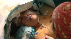 Entrevista a una paciente mientras le extirpan un tumor