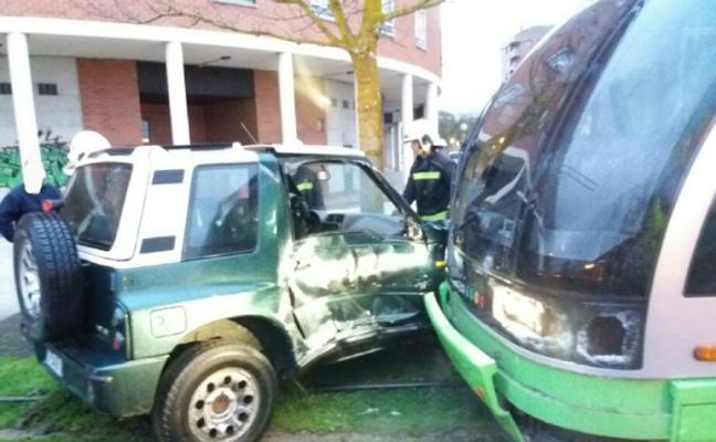 Dos heridas tras colisionar un turismo contra el tranvía en Vitoria