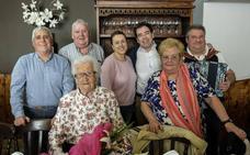 El Ayuntamiento de Etxebarri homenajea a la vecina Juliana Ortiz por su 100 cumpleaños