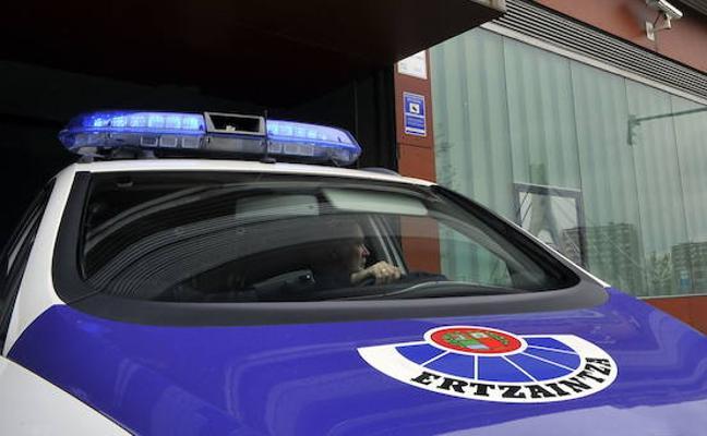 La Ertzaintza detiene a dos menores de 15 y 13 años cuando intentaban robar en una empresa de Barakaldo