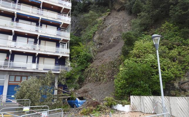 Cierran el acceso a los pisos del final del paseo de Bakio por un desprendimiento de tierra