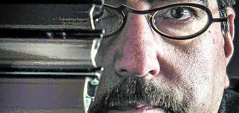 El escritor salmantino Luis García Jambrina presenta hoy en Vitoria 'El manuscrito de fuego', su última novela