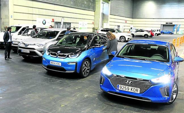 El futuro del vehículo eléctrico, a debate en un congreso con pruebas a pie de pista
