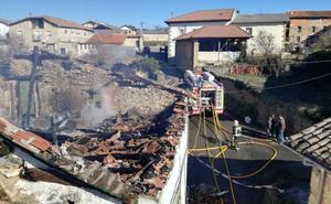 Calcinada una vivienda en Bóveda tras prender fuego la chimenea de la casa