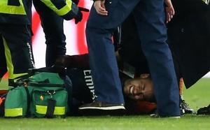 Neymar sale en camilla a diez días del duelo contra el Real Madrid