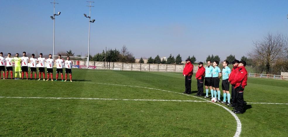 El Vitoria invitó a los ertzainas a guardar el minuto de silencio en el centro del campo