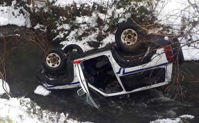 Un coche de la Ertzaintza vuelca tras salirse de la carretera en Munitibar