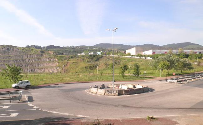 Una nueva rotonda y el reasfaltado de dos carriles mejora la subida a El Campillo