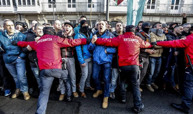 Los sindicatos de la Ertzaintza elevan la tensión e increpan al Gobierno vasco en el Parlamento