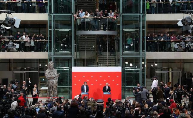 Los socialdemócratas aprueban el retorno a una gran coalición con Merkel