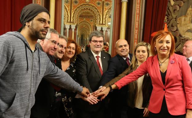 Los portavoces de todos los grupos políticos del Consistorio se dan la mano./Pedro Urresti