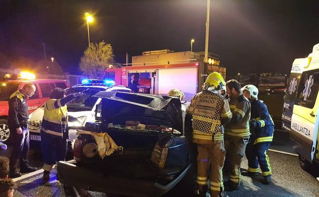 Una furgoneta provoca un accidente y se da a la fuga en Trapagaran