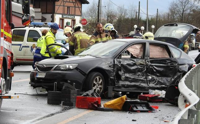 Tres conductores heridos tras chocarse contra un camión en Iurreta