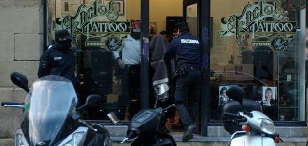 Ascienden a 21 las denuncias contra el tatuador de San Sebastián