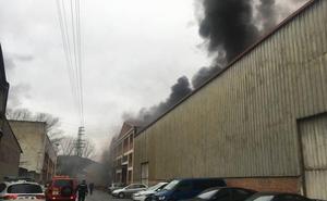 Un incendio en una empresa provoca una gran humareda en Galdakao