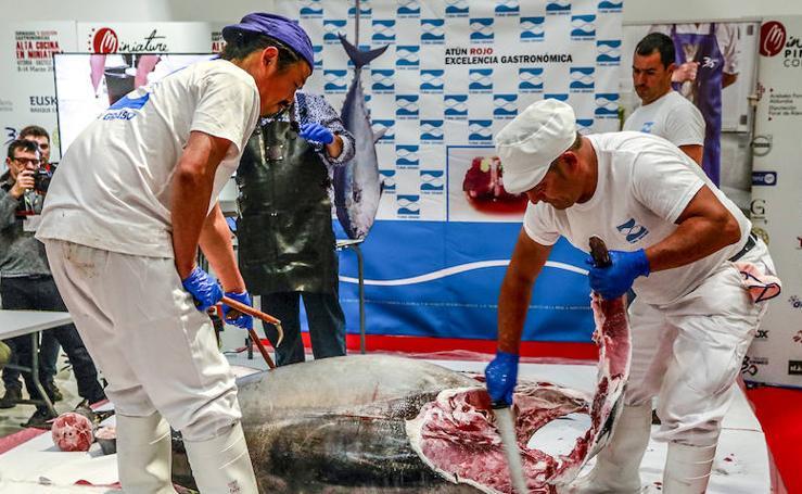 El 'ronqueo', el arte de despiezar el atún, cierra el congreso de cocina en miniatura de Vitoria