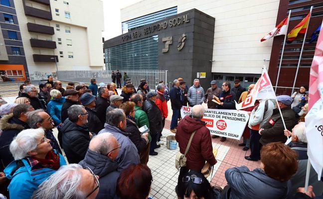 Entregan en la Seguridad Social más de 2.200 firmas exigiendo unas pensiones dignas