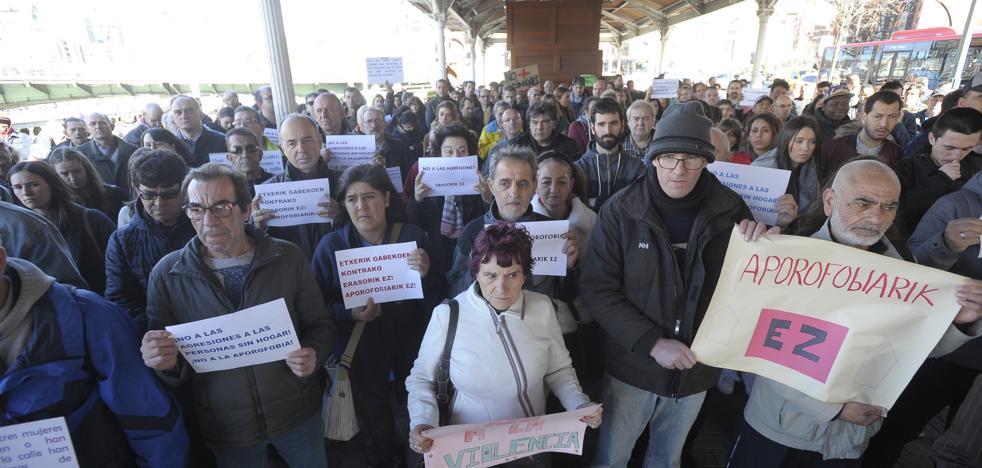 Doscientas personas se concentran para condenar la agresión a un indigente en Doña Casilda