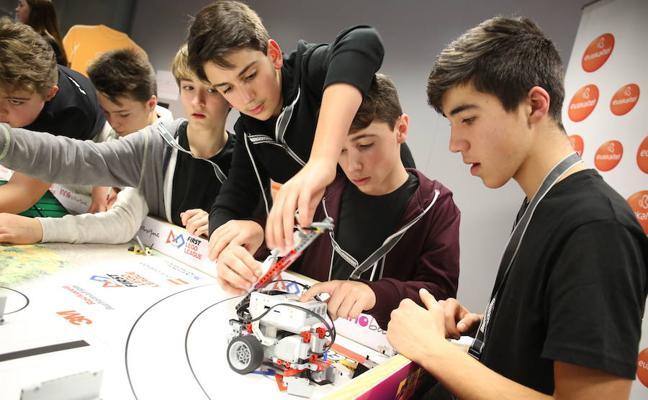 Un centenar de escolares vizcaínos enfrentan a sus robots en la ikastola Eguzkibegi