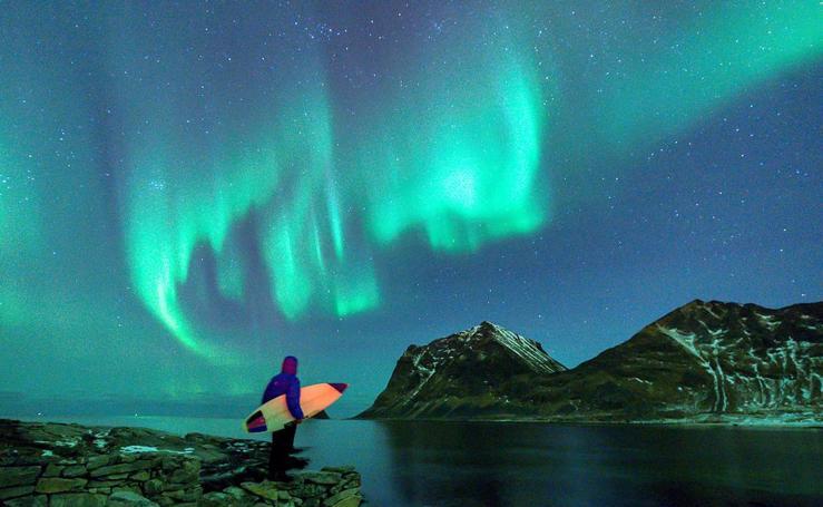 Surfear bajo la aurora boreal