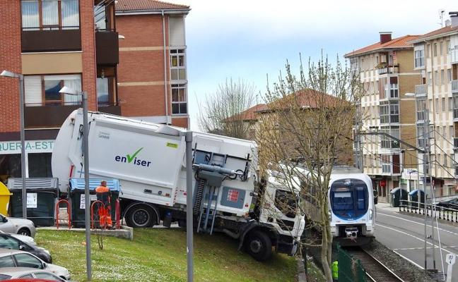 Un camión de la basura pierde el control y se sale de la calzada en Zamudio