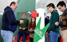 Ortuzar debatirá en un bar de Bilbao con jóvenes con la primera cerveza gratis