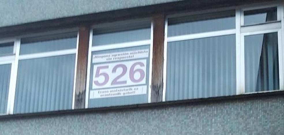 Colocan un contador de víctimas de violencia de género en una ventana del Ayuntamiento de Etxebarri
