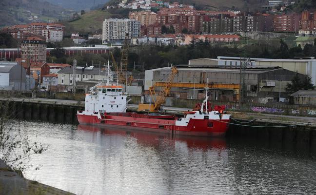 Una flota de gánguiles trasladará desde esta semana la tierra del canal de Deusto para rellenar el Puerto