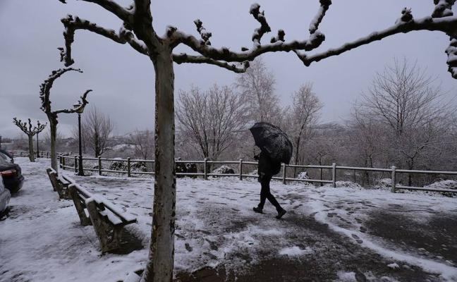 La nieve vuelve a Bizkaia: los primeros copos caen en Urkiola, Pagasarri y La Arboleda